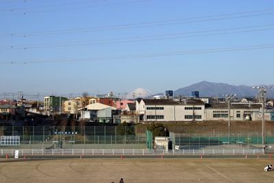 競技場のスタンドから見た早朝の富士山